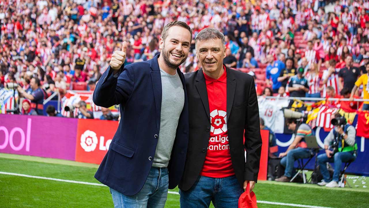 Jorge Blass teletransporta a un grupo de aficionados y al mítico ex jugador atlético Milinko Pantic, de un extremo a otro del estadio Wanda Metropolitano, durante el partido Atlético de Madrid-Eibar